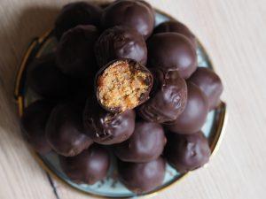 arašídovo-datlové kuličky v čokoládě